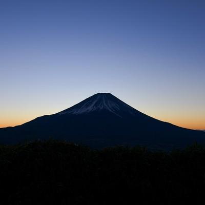 夜明け前の富士山と朝焼け(竜ヶ岳)の写真