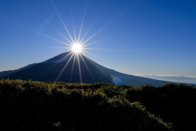 巨大な光芒と輝く富士(竜ヶ岳)の写真