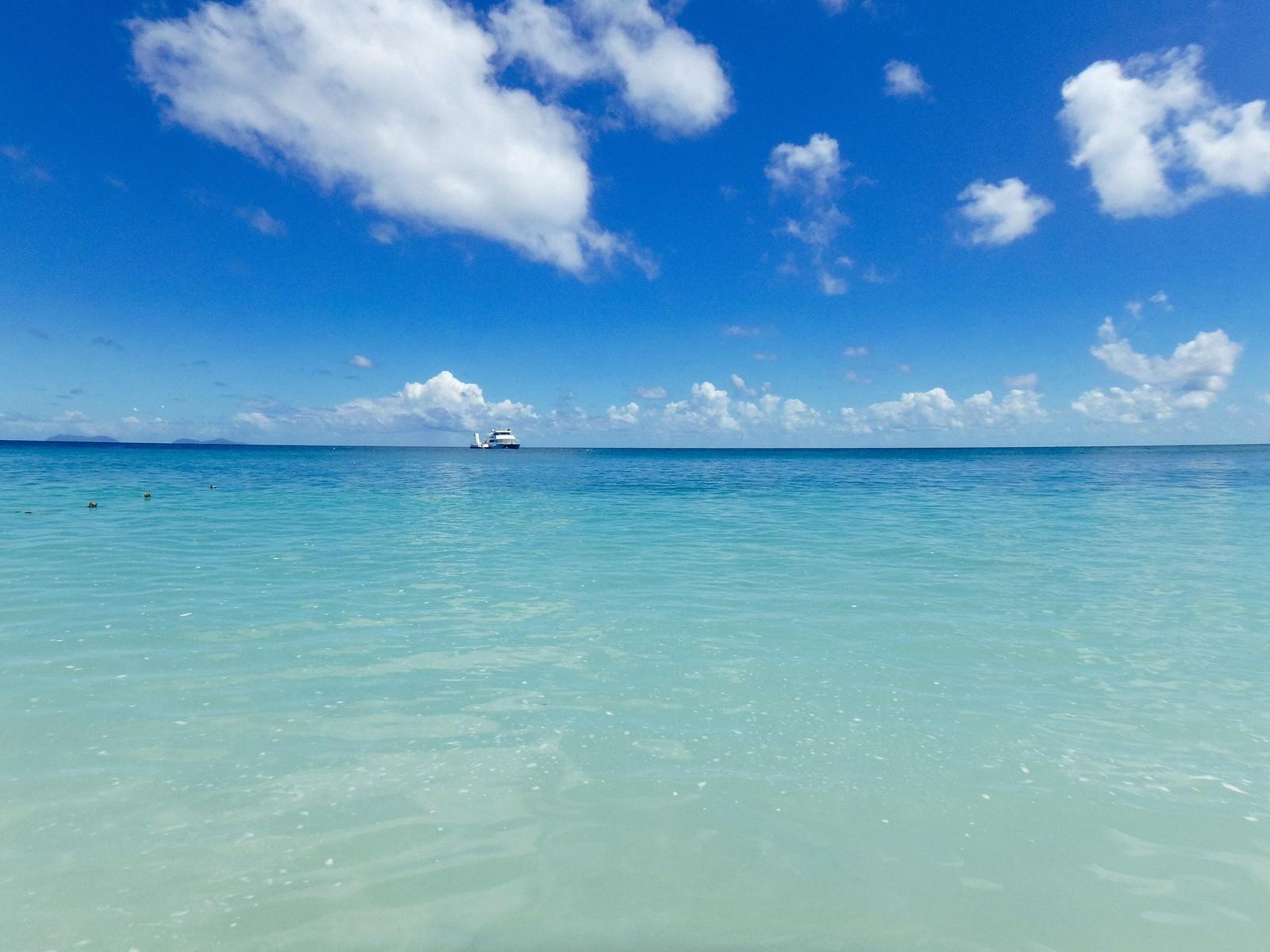 「真っ青な海に浮かぶクルーザー」の写真