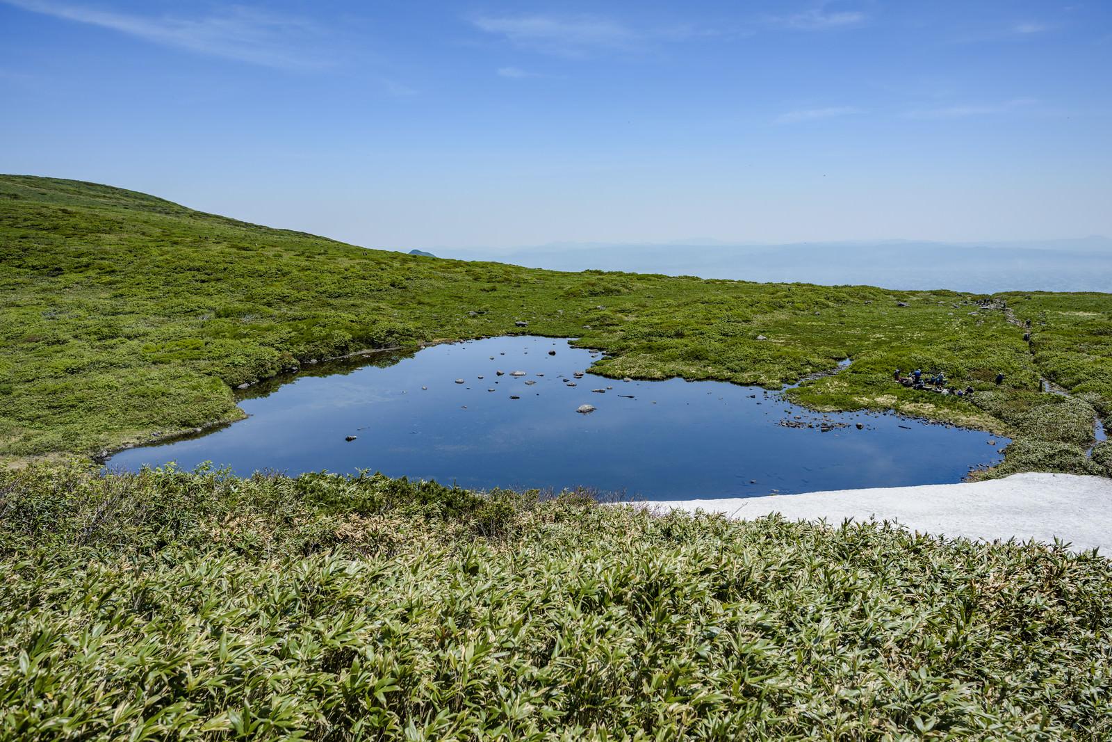 「焼石岳にあるハート形の池」の写真