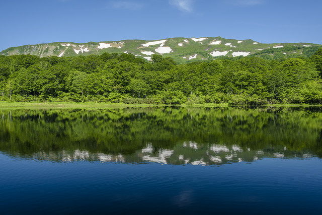 湖に写る焼石岳(奥羽山脈)の写真