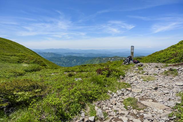 登山道とデポされた荷物の写真