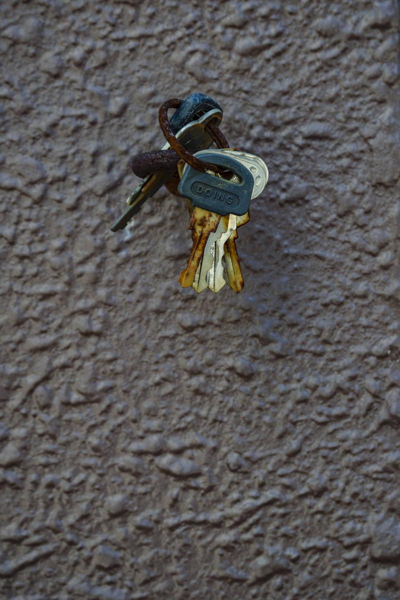 「壁につるされた古びた鍵の束」の写真