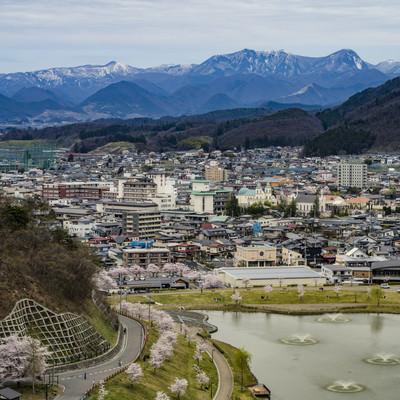 舞鶴山から俯瞰する天童市内と奥羽山脈の写真