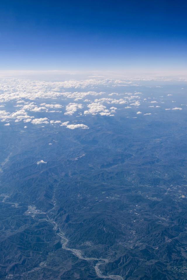 飛行機から見た大地と空の写真