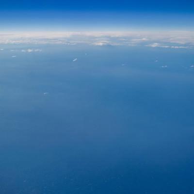 飛行機から見た海と空の写真