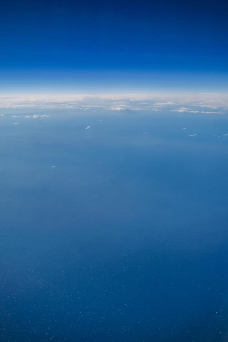 「飛行機から見た海と空」の写真