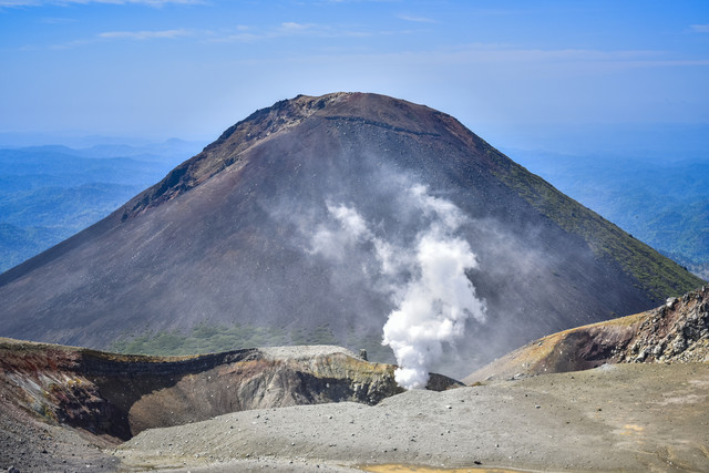 噴煙と阿寒富士の写真