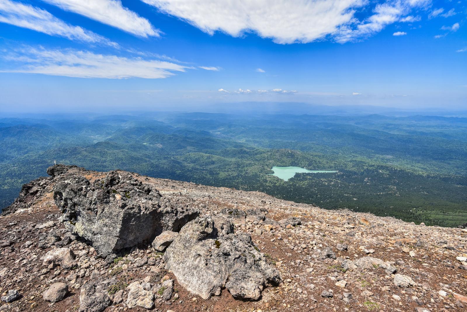 「阿寒富士から眺めるオンネトーと北海道の大地」の写真