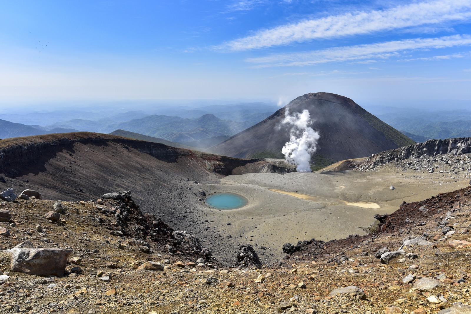 「雌阿寒岳山頂から見る噴煙と阿寒富士(北海道釧路市)」の写真
