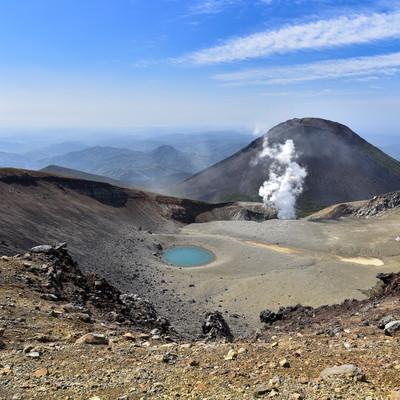 雌阿寒岳山頂から見る噴煙と阿寒富士(北海道釧路市)の写真
