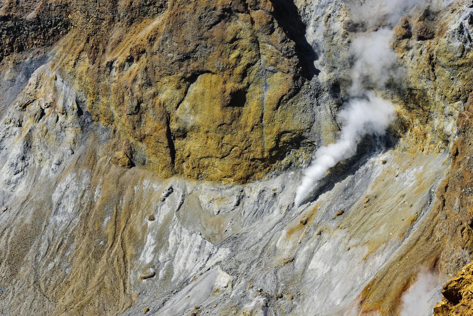 「雌阿寒岳火口の噴煙(北海道釧路市)」の写真