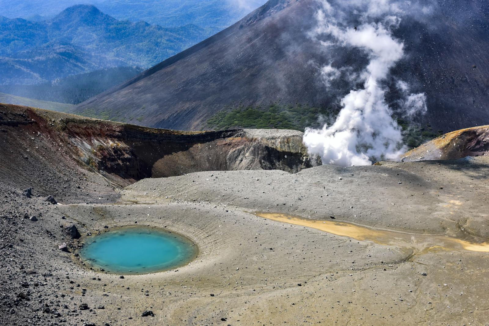 「沸き立つ噴煙と神秘的な青池(北海道釧路市)」の写真