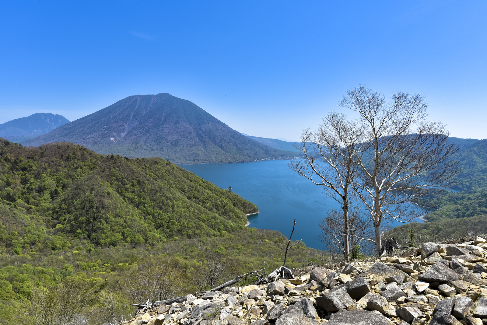 「中禅寺湖と男体山を見下ろす風景(栃木県日光市)」の写真