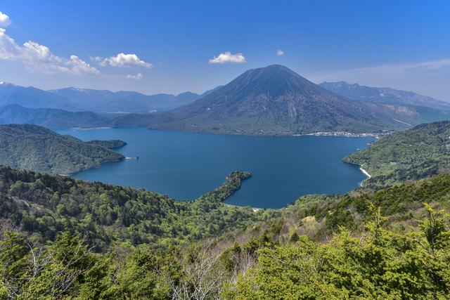 半月山から見る中禅寺湖と男体山(栃木県日光市)の写真