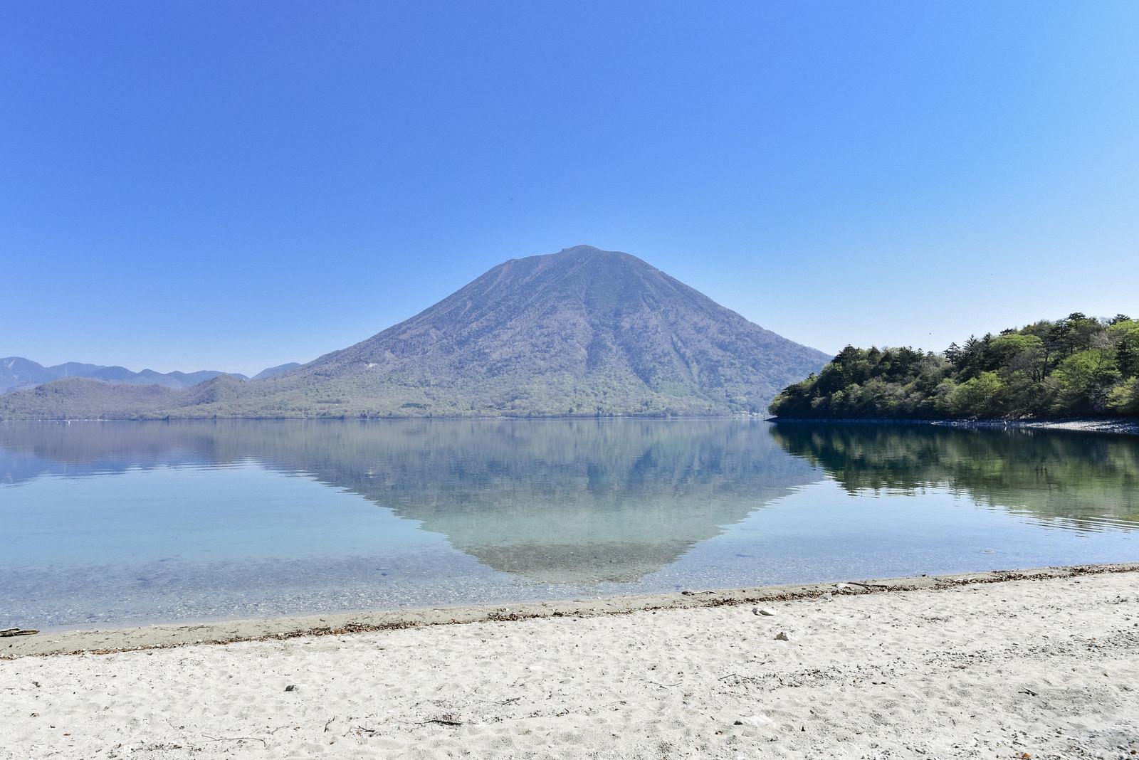 「砂浜の向こうに浮かぶ男体山(栃木県日光市)」の写真