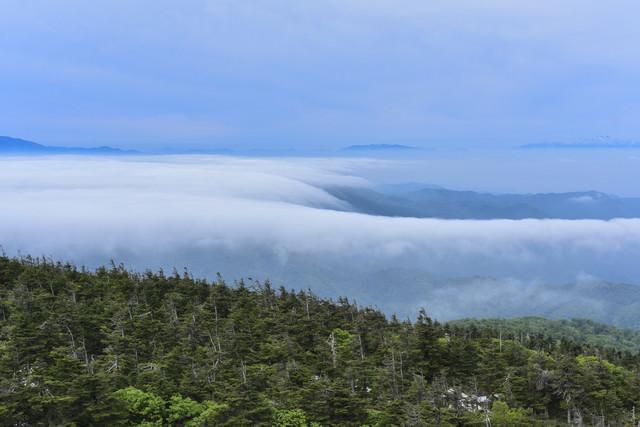 滝雲と雲海の向こうに浮かぶ山々(蔵王)の写真