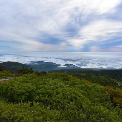 雲の合間に広がる登山道(蔵王)の写真