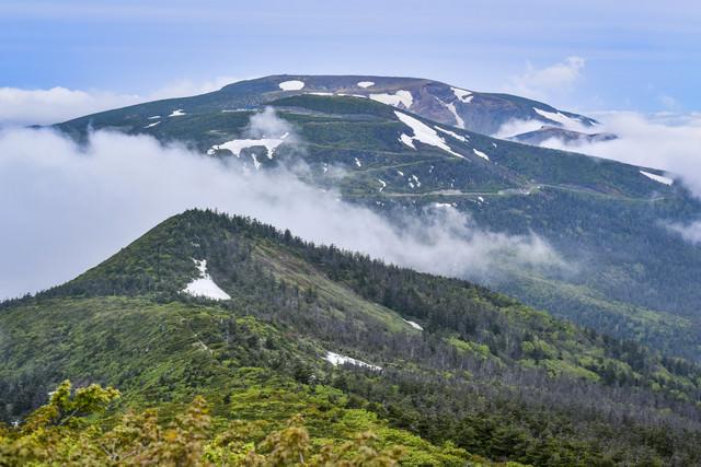 雲を纏う蔵王の山々の写真