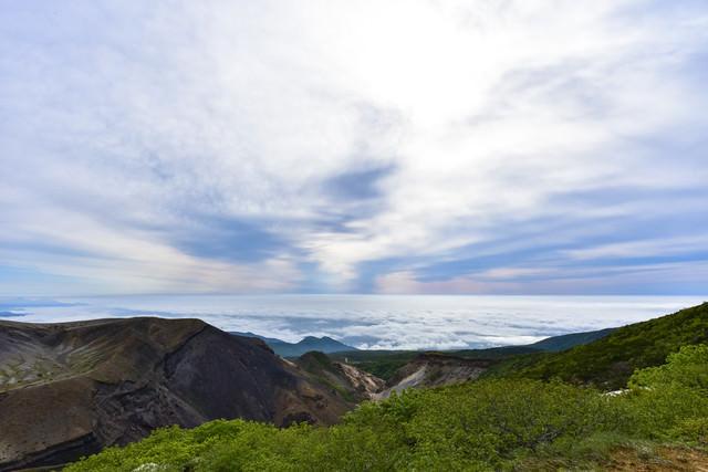 雲海と上層雲に挟まれた山々(蔵王)の写真