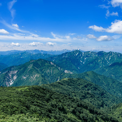 浅草岳から見る風景と守門岳(福島県)の写真