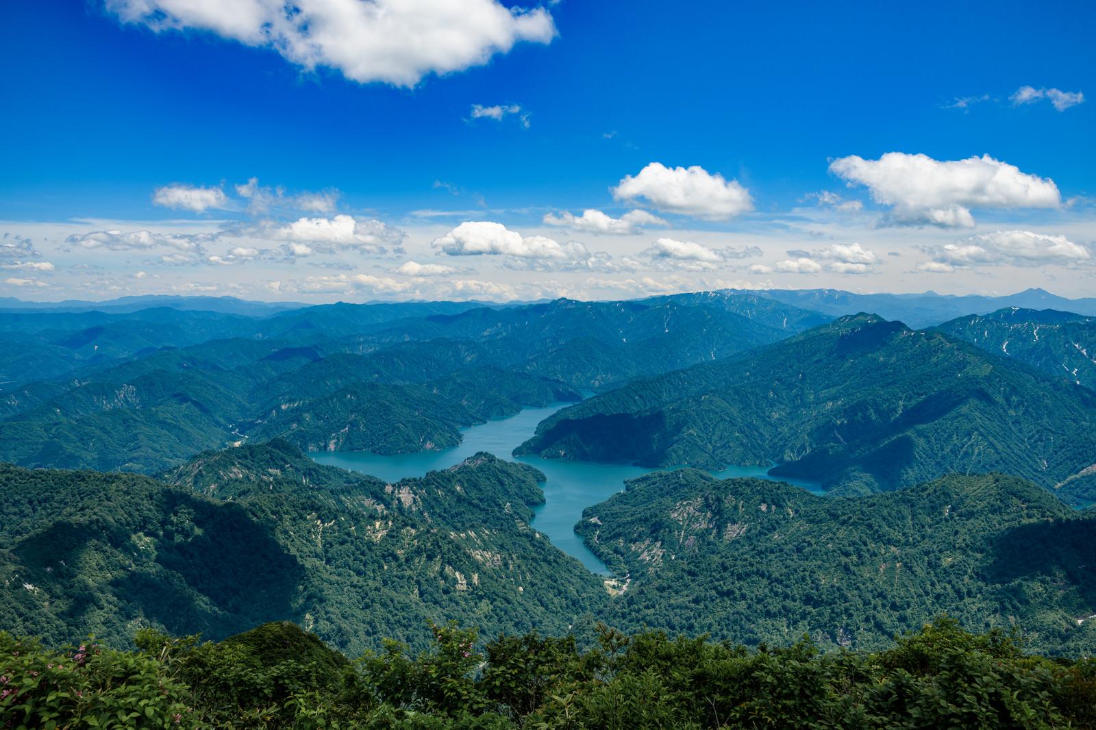 「浅草岳から見る守門岳と田子倉ダム(福島県)」の写真