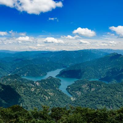 浅草岳から見る守門岳と田子倉ダム(福島県)の写真