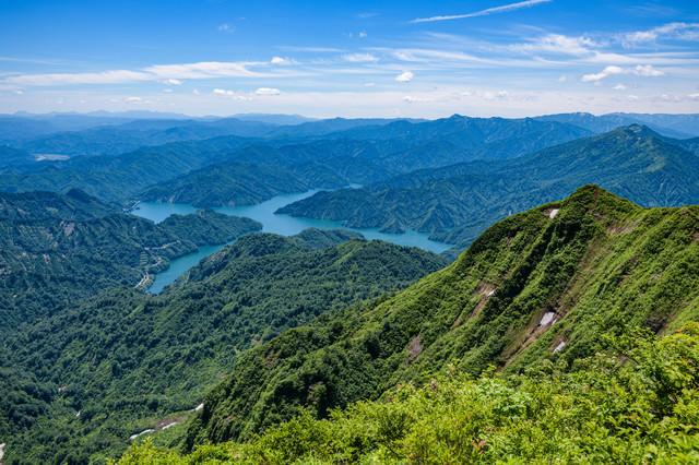 俯瞰して拝む鬼ヶ面山と田子倉湖(福島県)の写真