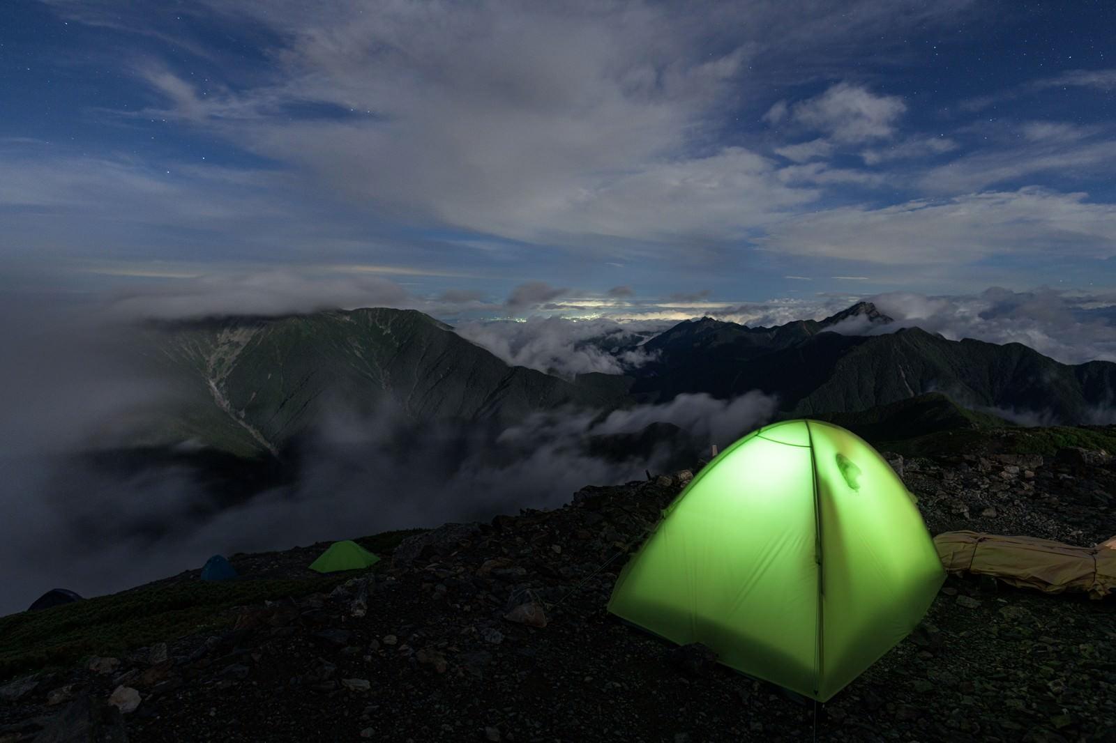 「仙丈ヶ岳とテントの灯り」の写真