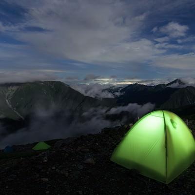 仙丈ヶ岳とテントの灯りの写真