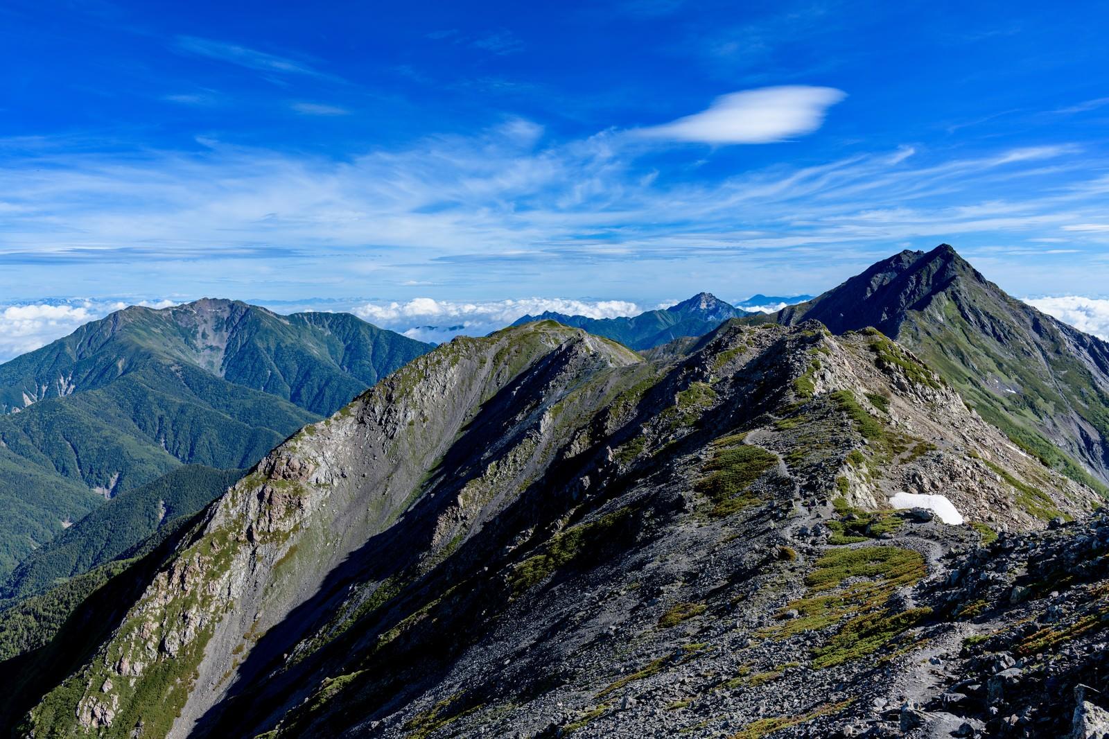「北岳へ続く稜線と仙丈ヶ岳」の写真