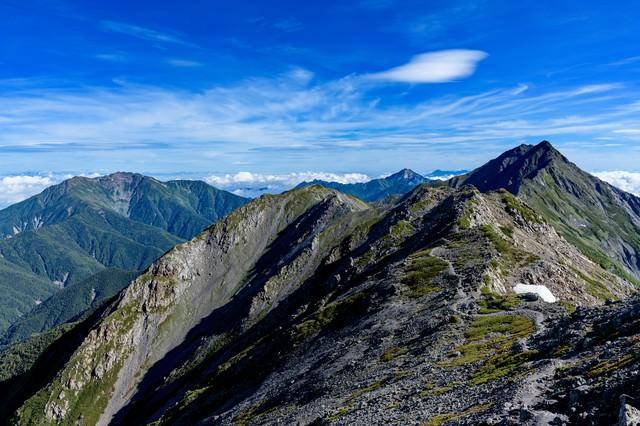 北岳へ続く稜線と仙丈ヶ岳の写真