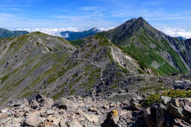 南アルプスの壮大な稜線の写真