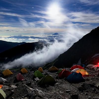 富士山を望む北岳肩の小屋のテント場の写真