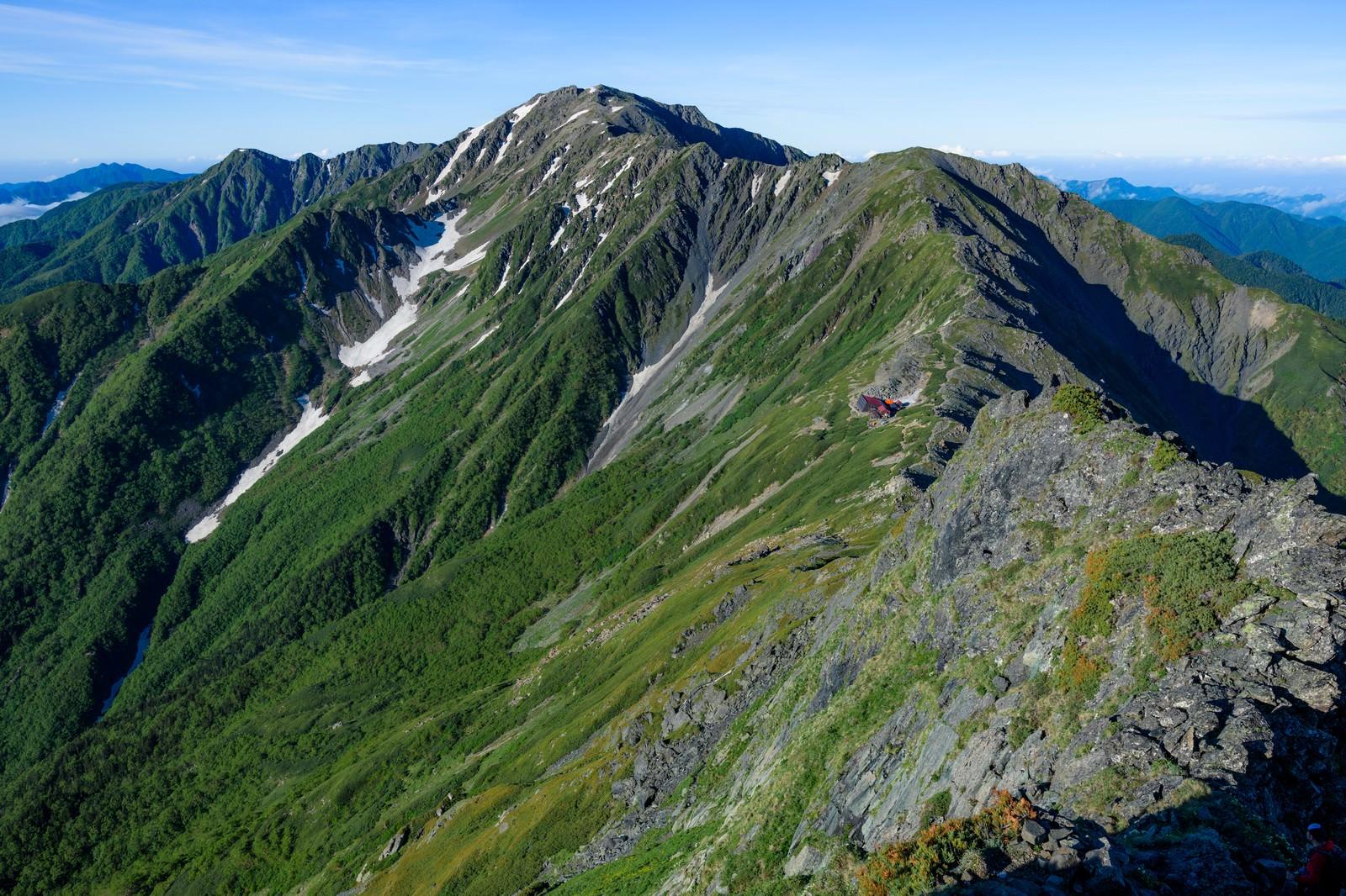 「標高が日本二位(3,193m)の北岳から見る三位の間ノ岳」の写真
