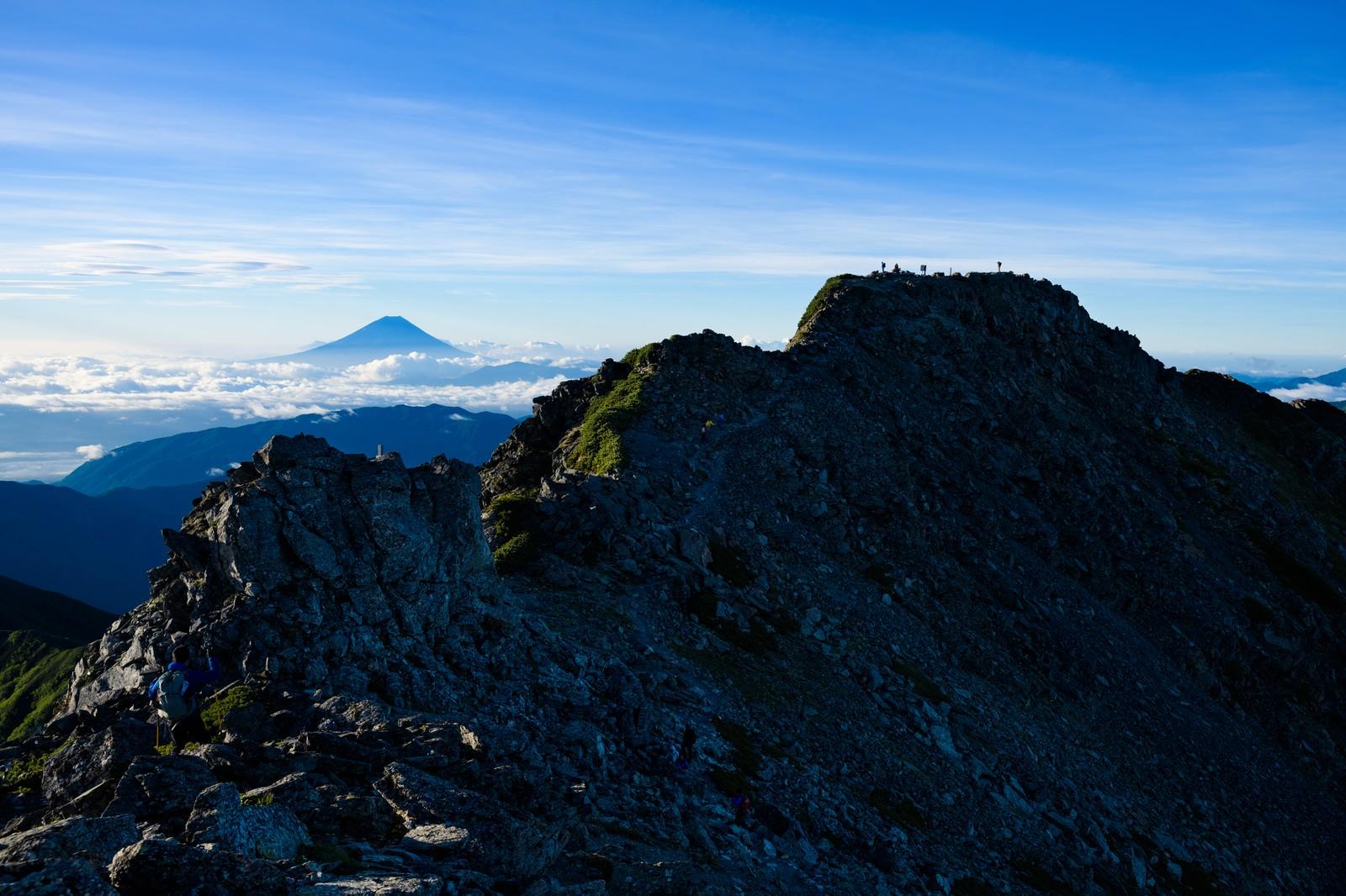 「日本最高峰の富士山と二位の北岳の景観」の写真