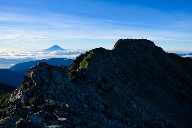 日本最高峰の富士山と二位の北岳の景観の写真