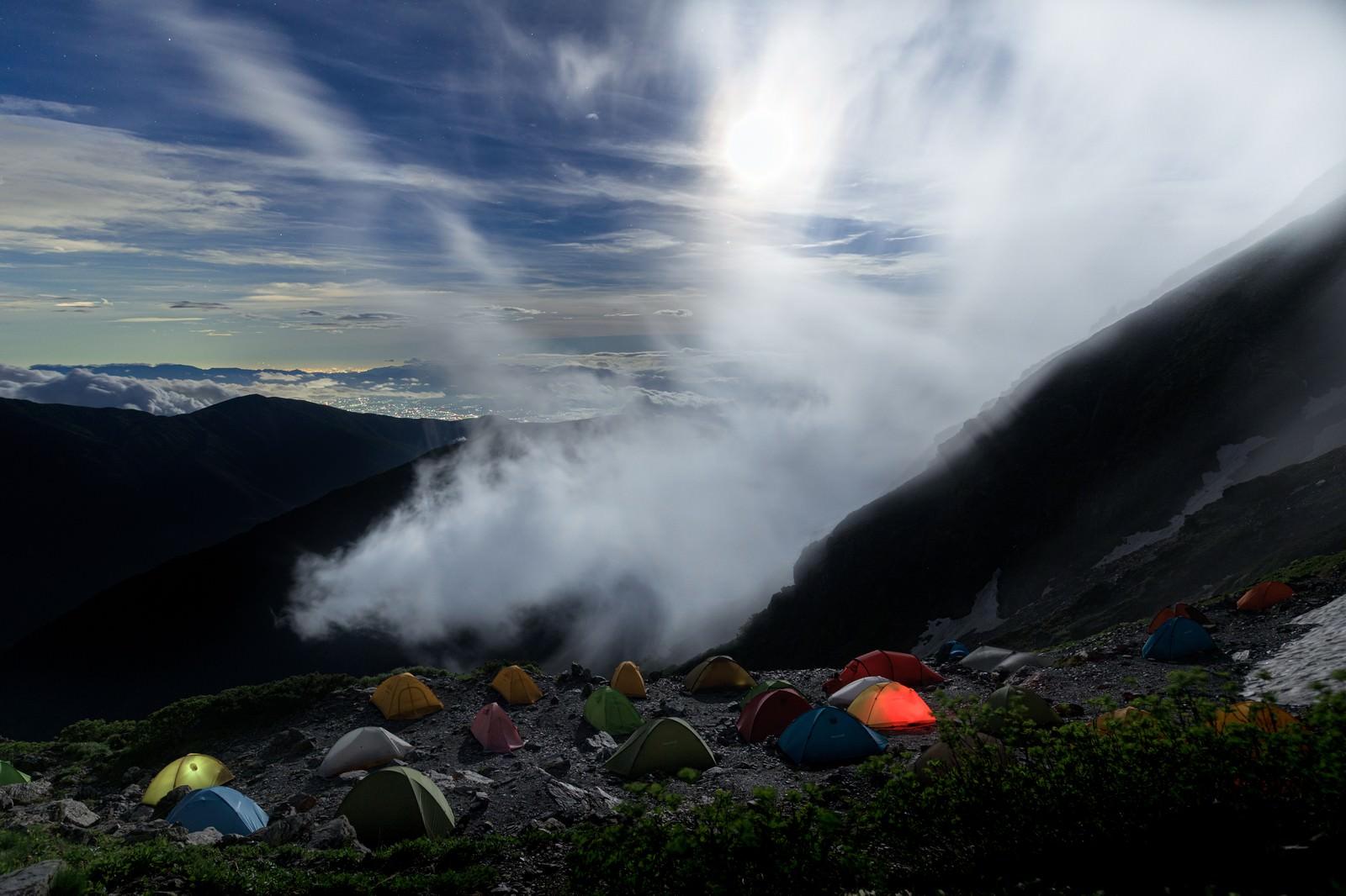 「月光に照らされるテントたち」の写真
