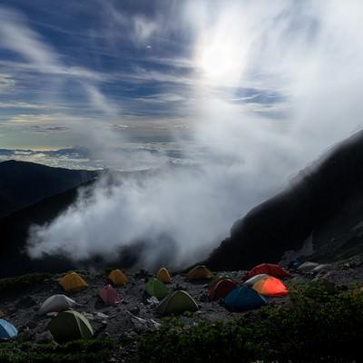 月光に照らされるテントたちの写真