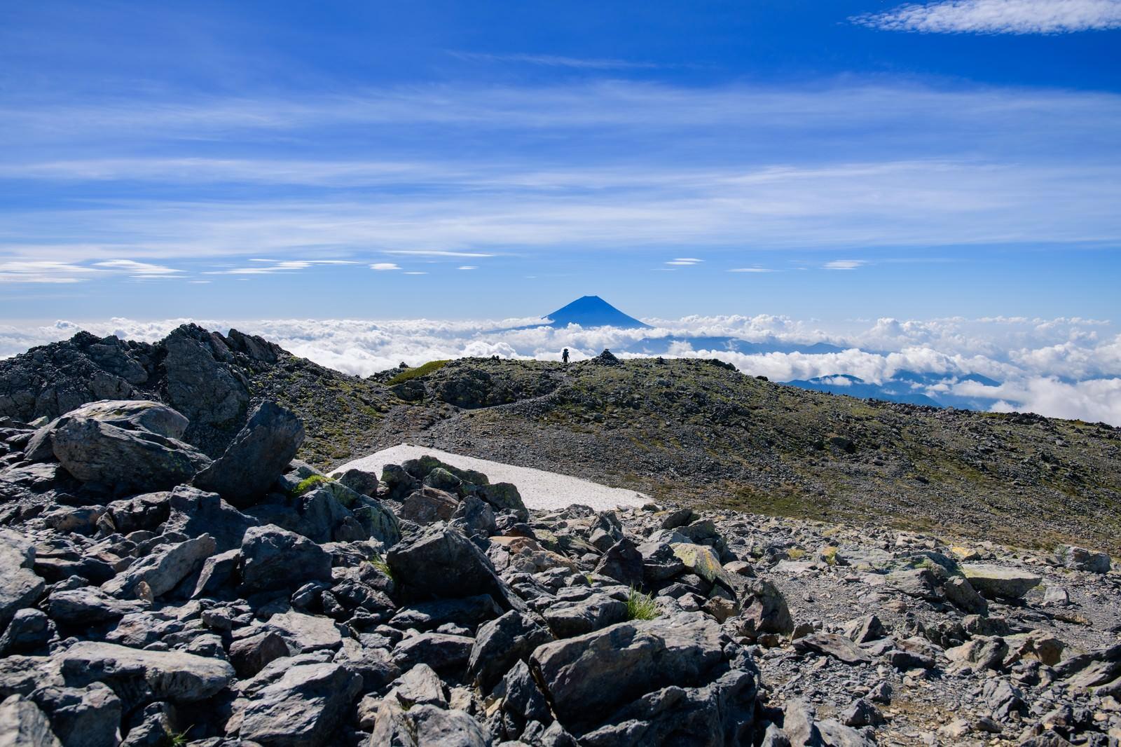 「間ノ岳山頂から富士山を望む」の写真