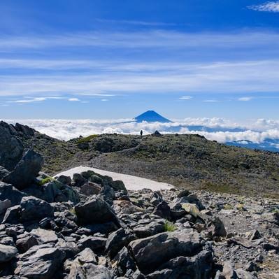 間ノ岳山頂から富士山を望むの写真