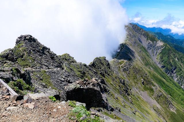 雲に包まれる北岳稜線の写真