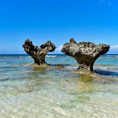 恋島の名所ハートロック(沖縄県)の写真