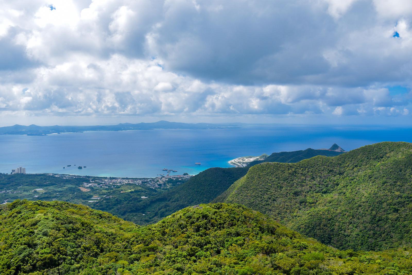 「嘉津宇岳からみる名護の青い海(沖縄県)」の写真