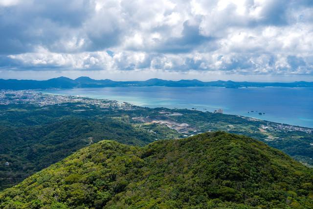 嘉津宇岳から見る名護の街並みと青い海(沖縄県)の写真