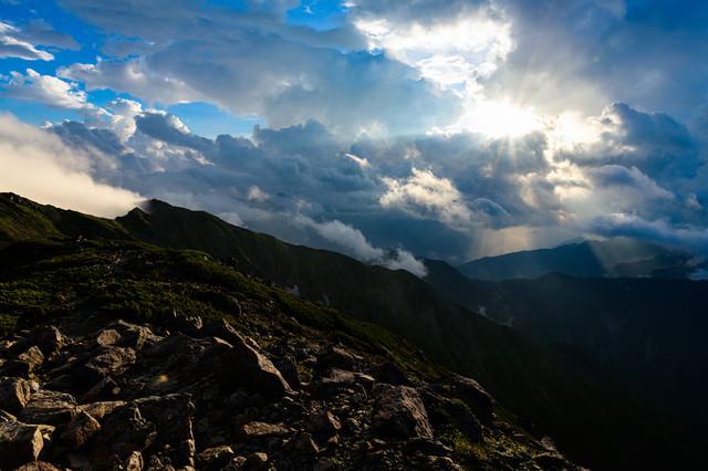 中岳避難小屋から見る夕日の光芒の写真