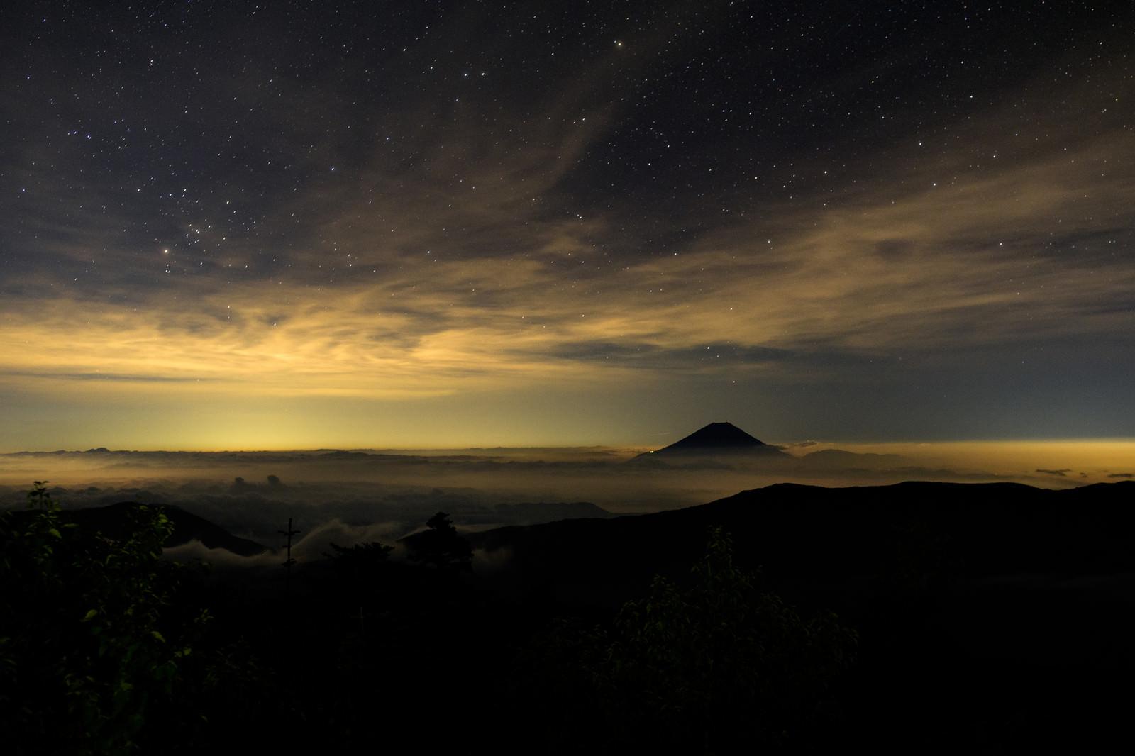 「千枚小屋から見る星空と雲に浮かぶ富士山」の写真