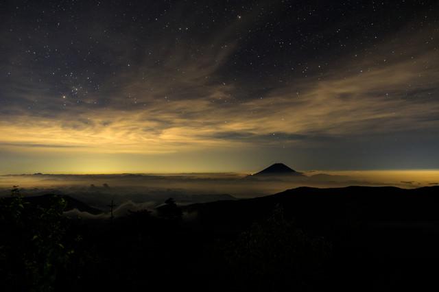 千枚小屋から見る星空と雲に浮かぶ富士山の写真