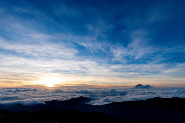 千枚岳から見る富士山と朝日の写真