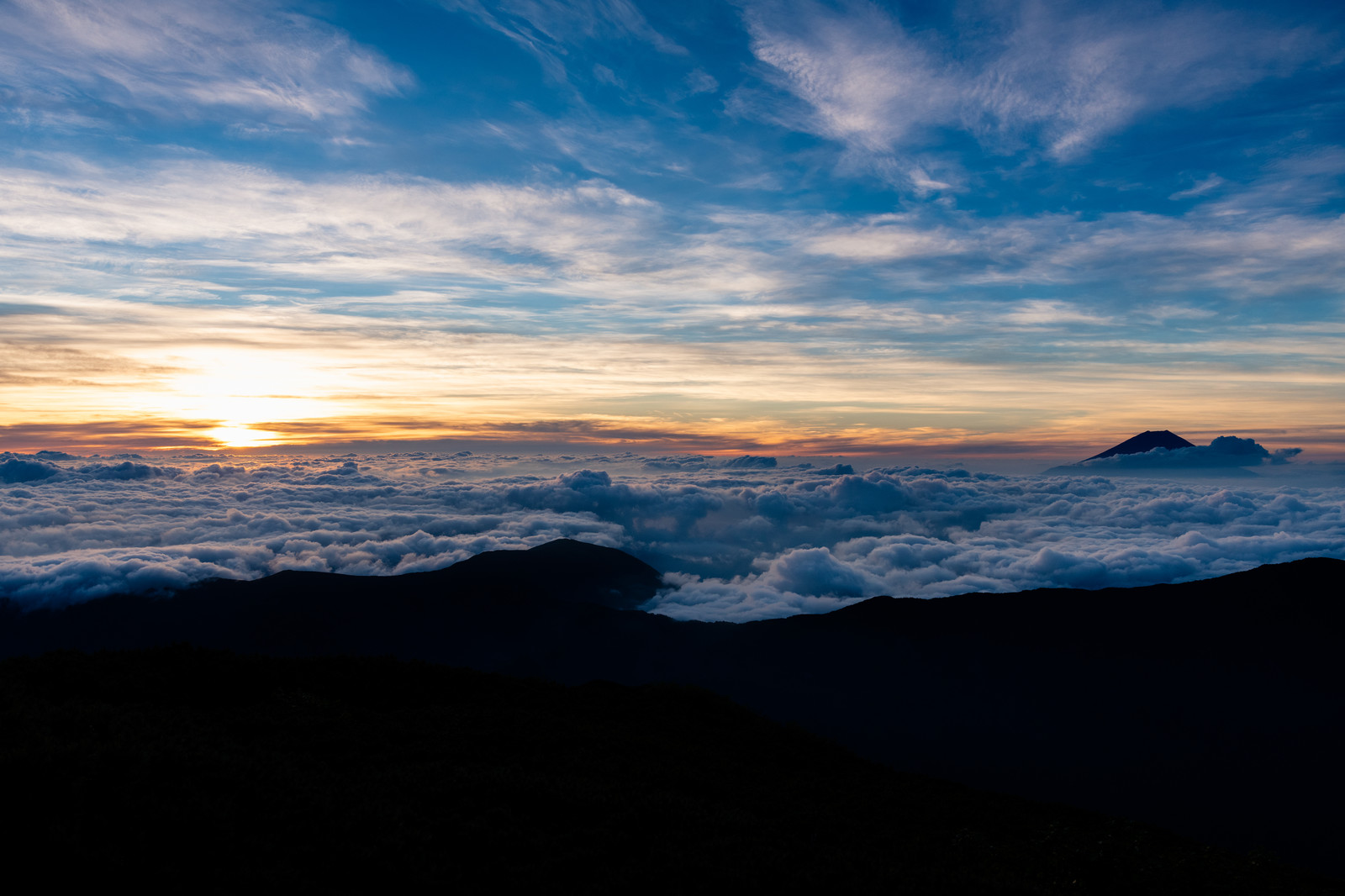 「千枚岳から望む朝焼けと富士山」の写真